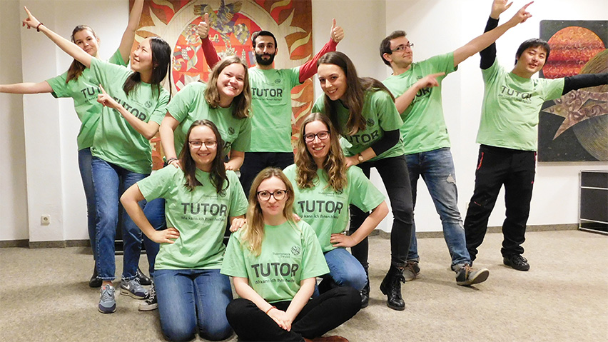 Groupphoto of the tutors in green shirts